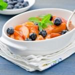 Салат из персиков с черникой